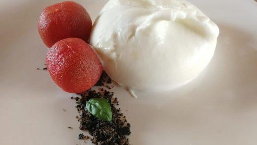 Burratina, terra di olive e ciliegino