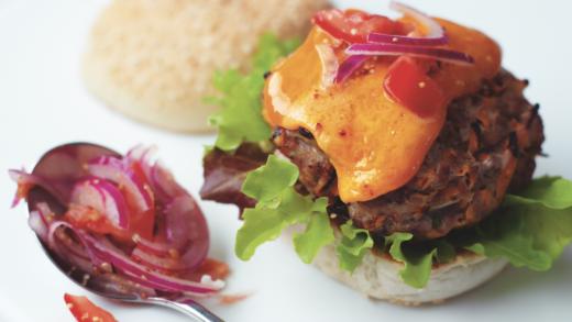 """Hamburger di Chianina con Mild Red Cheddar e """"relish"""" di pomodori e cipolla"""